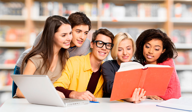Jovens Estudando Juntos